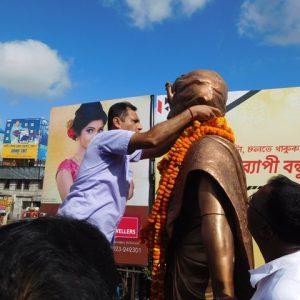 Councillor Sri Barun Bandopadhyay is paying homage